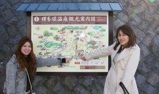伊香保温泉観光案内図の前で